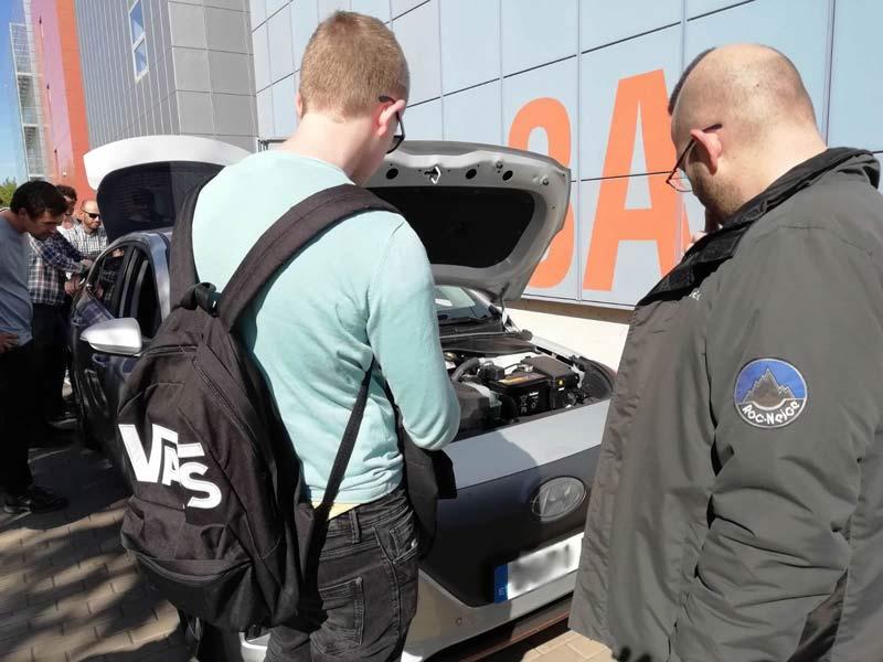 alumnos de la upv viendo coches electricos de lugenergy