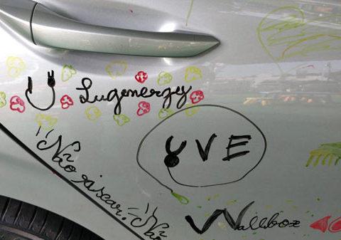 logo lugenergy pintado en coche electrico