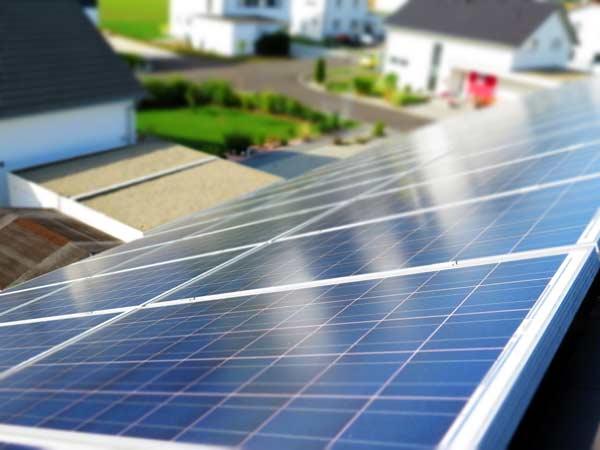 Paneles solares utilizados para la carga de un coche eléctrico