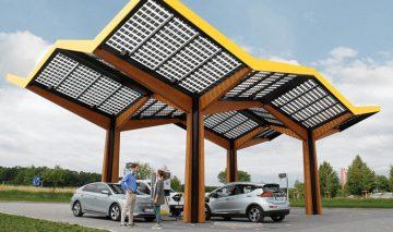 Usuarios de coches eléctricos recargan en una electrolinera