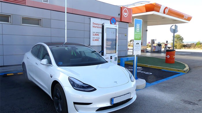 Estación de recarga para coche eléctrico en una gasolinera