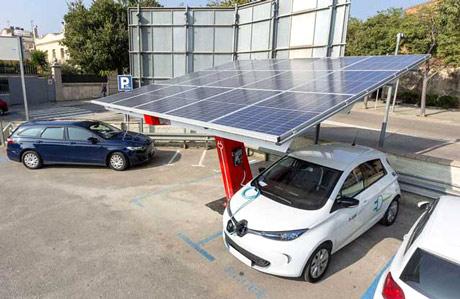 Fotolinera: coches eléctricos cargando con placas solares