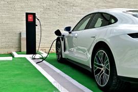 Punto de recarga en poste para coche eléctrico en empresa